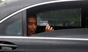 Presiden Joko Widodo (Jokowi) menunjukkan kartu e-Toll seusai peresmian jalan tol Semarang-Solo seksi III Bawen-Salatiga di Gerbang Tol Salatiga, Senin (25/9/2017). (JIBI/Solopos/Aloysius Jarot Nugroho)
