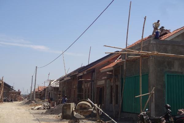Sejumlah pekerja menyelesaikan pembangunan hunian relokasi bagi warga terdampak warga terdampak pembangunan New Yogyakarta International Airport (NYIA) di wilayah Desa Janten, Kecamatan Temon, Kulonprogo. Foto diambil pada akhir Agustus 2017. (Rima Sekarani I.N./JIBI/Harian Jogja)