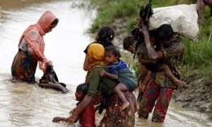 Pengungsi Rohingya menyeberangi pertabatasan menuju Teknaf, Bangladesh. (JIBI/Solopos/Reuters/Mohammad Ponir Hossain)