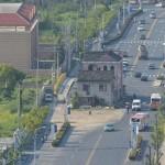 Rumah tiga lantai berada di tengah jalan lebih dari 10 tahun (Shanghaiist)