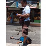 Seorang pria mendiamkan anaknya yang tantrum di Gembira Loka Yogyakarta (Facebook-Reed Wanadi)