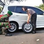 TNI membantu Polwan yang ban mobilnya bocor (Instagram)