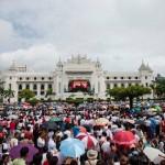 Warga Myanmar nonton bareng pidato Aung San Suu Kyi soal Rohingya (Cnn.com)