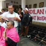 Sejumlah PNS non job melakukan aksi cukur gundul di depan Kantor Wali Kota, Kompleks Pemkot Tegal, Jateng, Rabu (30/8/2017). (JIBI/Solopos/Antara/Oky Lukmansyah)