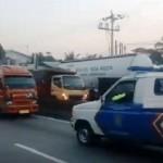 Angkutan umum (kiri) diadang mobil milik Unit Lakalantas Polrestabes Semarang (kiri) di Jl. Soekarno Hatta, Bergas, Kabupaten Semarang, Jawa Tengah (Jateng), Sabtu (16/9/2017) sekitar pukul 05.30 WIB. (Facebook.com-Ragilputra)