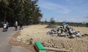 Sejumlah orang melintasi kawasan relokasi bagi warga terdampak pembangunan New Yogyakarta International Airport (NYIA) yang menggunakan Pakualaman Ground (PAG) di wilayah Desa Kedundang, Kecamatan Temon, Kulonprogo, Senin (11/9/2017). (Rima Sekarani I.N./JIBI/Harian Jogja)