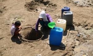 Warga Dukuh Jati, Tekel, Karangrayung, Grobogan, Jateng menggali dasar sungai demi mendapatkan air, Senin (4/9/2017). (JIBI/Solopos/Antara/Yusuf Nugroho)
