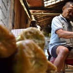 FOTO USAHA MIKRO KECIL DAN MENENGAH: Perajin Semarang Hasilkan Kerupuk Bawang