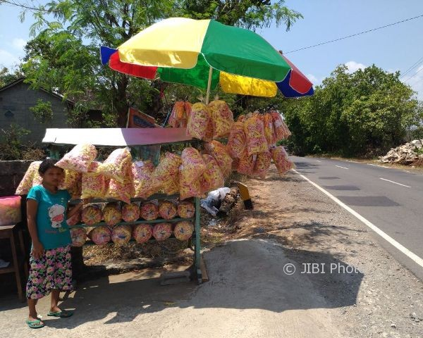 Kerupuk Ndalepak Ndalepuk yang dijual di jalanan Wonogiri (Rudi Hartono/JIBI/Solopos)