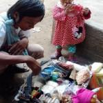 Pria asal Bugel, Kecamatan Sidorejo, Kota Salatiga, berdagang peralatan rumah tangga di kawasan Jombor, Kecamatan Tuntang, Kabupaten Semarang, Jateng bersama putrinya. (Facebook.com-Zenzen Ayahe Yoga Fela)