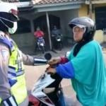 Wanita pengendara sepeda motor (kanan) membentak polwan (kiri) di Jl. Letjen Suprapto, Kecamatan Ungaran Barat, Kabupaten Semarang, Jateng. (Facebook.com-Uzank Hermawan)