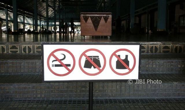 Rambu larangan merokok terpasang di akses masuk Masjid Agung Solo, Selasa (5/9/2017). (Irawan Sapto Adhi/JIBI/Solopos)