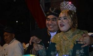 Bupati Kendal Mirna Annisa (kanan) bersama suaminya, Ferry Sandy (kiri), menghadiri Karnaval Pembangunan Kendal di Weleri, Kabupaten Kendal, Jateng, Sabtu (2/9/2017) malam. (Facebook.com-Ganang Ovey?)