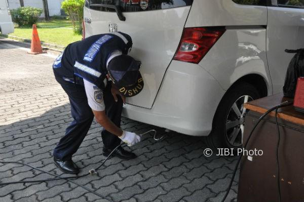 Petugas sedang melakukan uji petik kendaraan bermotor di kampus STIE YKPN Depok Sleman, Kamis (14/9/2017). (Abdul Hamied Razak/JIBI/Harian Jogja)