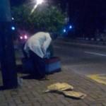 KISAH TRAGIS : Cari Rezeki Hingga Malam di Usia Senja, Pedagang Kipas Ini Bikin Terenyuh