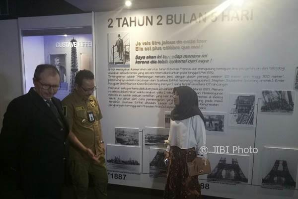 Duta Besar Perancis untuk Indonesia, Jean-Charles Berthonnet (kiri) meninjau Zona Jelajah Menara Eiffel di Taman Pintar Jogja, Senin (11/9/2017). (I Ketut Sawitra Mustika/JIBI/Harian Jogja)