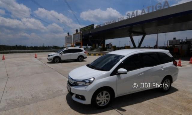 Mobil-mobil sesaat setelah melintas di pintu jalan tol Bawen-Salatiga di Suruh, Kabupaten Semarang, Jateng, Sabtu (16/9/2017). (JIBI/Solopos/Antara/Aloysius Jarot Nugroho)