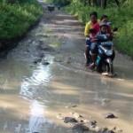 Pengendara melintasi jalan rusak menuju objek wisata Waduk Kedung Ombo (WKO) di Kecamatan Kemusu, Boyolali, baru-baru ini. (Istimewa/Dokumentasi KPH Karangwinong)
