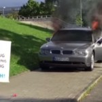 Hadi Pourmohseni melakukan aksi tunggal bakar mobil. (Istimewa/Youtube)