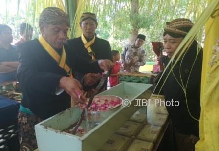 Wakil Bupati Wonogiri, Edy Santosa (kanan), melihat proses jamasan pusaka di kawasan Wisata Waduk Gajah Mungkur (WGM) Wonogiri, Minggu (1/10/2017). (Rudi Hartono/JIBI/Solopos)