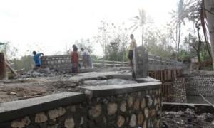 Para pekerja membongkar kembali konstruksi jembatan yang ambles di Desa Banaran, Pracimantoro, Wonogiri, Jumat (29/9/2017). (Ahmad Wakid/JIBI/Solopos)