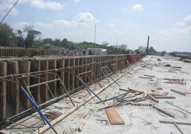 Sejumlah pekerja membenahi salah satu ruas tol Solo-Kertosono (Soker) kawasaan Ngesrep, Ngemplak, Boyolali, Minggu (1/10/2017). (Iskandar/JIBI/Solopos)