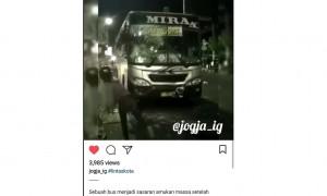 Unggahan video bus Mira dilempari batu oleh warga di Klaten. (Instagram)