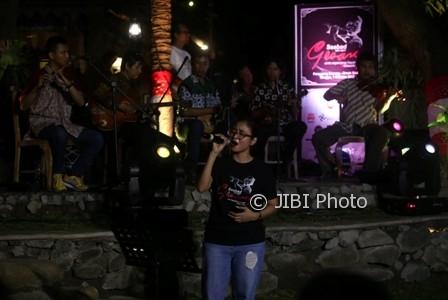 Penyanyi Keroncong asal Solo, Sruti Respati, menyanyikan lagu ciptaan Maestro Keroncong Gesang Martohartono pada Seabad Gesang di Omah Sinten Heritage Hotel and Resto, Solo, Minggu (1/10/2017) malam. (Nicolous Irawan/JIBI/Solopos)