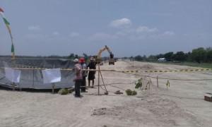 Warga Dusun Dlimosari, Desa Tanjungsari, Banyudono, Boyolali, memblokade proyek tol Semarang-Solo, Selasa (3/10/2017). (Akhmad Ludiyanto/JIBI/Solopos)