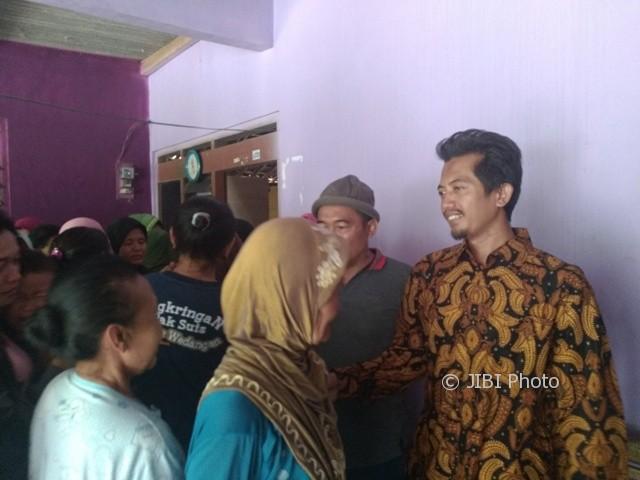 Suroto (kanan) menyalami warga di rumahnya, RT 011/RW 006, Dukuh Nglengkong, Desa Nanggulan, Cawas, Selasa (3/10/2017). (Cahyadi Kurniawan/JIBI/Solopos)