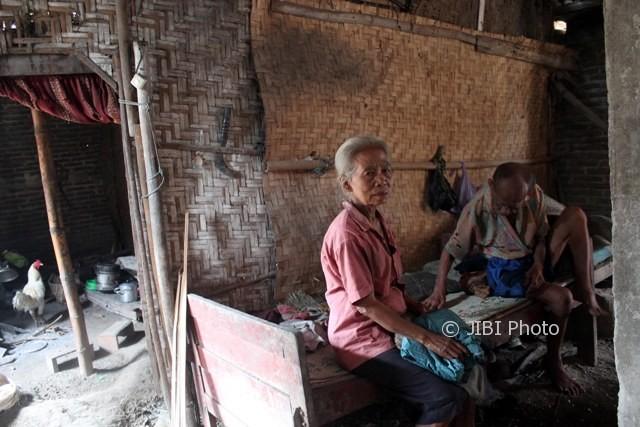 Mbah Wagiyem, 65, (kiri) dan Mbah Paiman, 74, berbincang di amben kayu rumah mereka di Dukuh Ngundaan RT 003, Desa Glonggong, Gondang, Senin (2/10/2017). (Tri Rahayu/JIBI/Solopos)