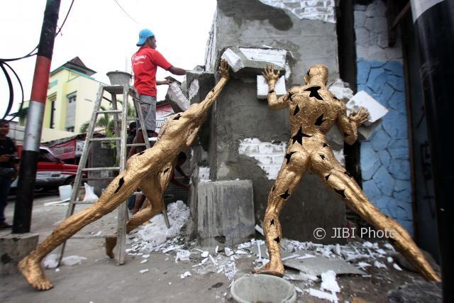 """Sejumlah pekerja seni membuat tembok sebagai salah satu bagian patung dari karya Yulhendri berjudul Kuat dalam Proyek seni Jogja Street Scupture Project (JSSP) 2017 """"Jogjatopia"""" di kawasan Stadion Kridosono, Kotabaru, Yogyakarta, Selasa (03/10/2017). (Desi Suryanto/JIBI/Harian Jogja)"""