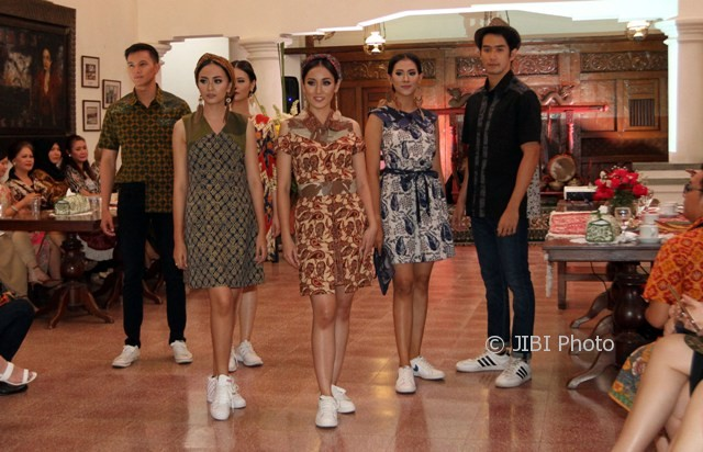Model memperagakan busana batik koleksi terbaru Batik Keris dalam sebuah mini show di Hotel Roemahku,Laweyan,Solo, Senin (2/10/2017). (Sunaryo Haryo Bayu/JIBI/Solopos)