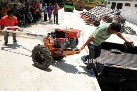 Perwakilan salah satu kelompok tani mendorong traktor bantuan ke mobil pikap, Kamis (5/10/2017). (Istimewa/Dok. Pemkab Boyolali)