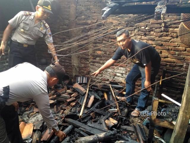 Kapolsek Tanon AKP Agus Jumadi memeriksa dapur milik Suparmin yang terbakar di Desa Gading, Tanon, Sragen, Jumat (6/10/2017). (Istimewa/Polsek Tanon)
