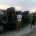 KECELAKAAN PONOROGO : Truk Pengangkut Tiang Listrik Seberat 6 Ton Terguling di Sukorejo