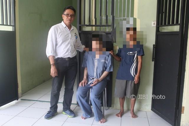 Dokter Romy Novrizal (kiri), Wanto (tengah), dan Semi (kanan) berfoto di depan kamar bangsal Dahlia RSUD Wonogiri, Rabu (11/10/2017). (Ahmad Wakid/JIBI/Solopos)