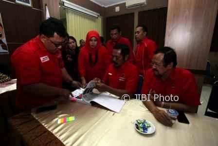 Ketua DPC PDIP Solo, F.X. Hadi Rudyatmo (tengah), menyerahkan kelengkapan administratif pendaftaran parpol di Kantor KPU Solo, Rabu (11/10/2017). (M. Ferri Setiawan/JIBI/Solopos)