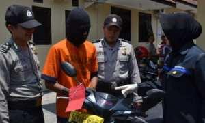 Polisi menunjukkan sepeda motor yang dibawa kabur MW di Mapolres Madiun Kota Madiun, Kamis (12/10/2017). (Istimewa/Polres Madiun Kota)
