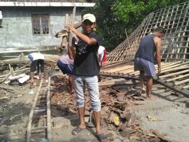 Warga bekerja bakti membongkar puing-puing bangunan rumah milik Painem, 75, di Desa Purwosuman, RT 002/RW 002, Sidoharjo, Sragen, Jumat (13/10/2017). (Istimewa/Aris/Warga Purwosuman)