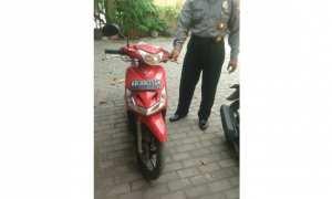 Motor Yamaha Mio tak bertuan yang ditemukan di depan rumah warga Sragen diamankan di Mapolsek Sragen Kota. (Istimewa/Polsek Sragen Kota/AKP Suseno)