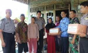 Camat Karangdowo, Agus Suprapto, (ketiga dari kanan) menyerahkan bantuan kepada keluarga Sartono, 53, warga Karangdowo yang ditemukan meninggal dunia di Kalimantan Tengah, Selasa (17/10/2017). (Taufiq Sidik Prakoso/JIBI/Solopos)