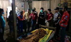 Petugas Polsek Mondokan, Polres Sragen, dan Puskesmas Mondokan memeriksa korban terjatuh ke sumur di Mondokan, Sragen, Kamis (19/10/2017). (Istimewa/AKP Kabar Bandianto/Polsek Mondokan)