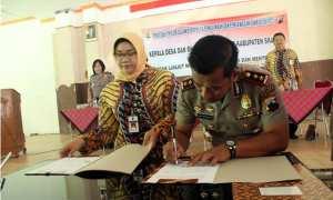 Kapolres Sragen AKBP Arif Budiman (kanan) menandatangani MoU antara Polres Sragen dan Pemkab Sragen dalam pengawasan dana desa, Rabu (25/10/2017). (Tri Rahayu/JIBI/Solopos)