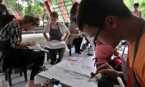 Mahasiswa asing membuat batik tulis menggunakan canting pada International Batik Chortcourse 2017 di Gedung II Galeri Fakultas Seni Rupa dan Desain (FSRD), Universitas Sebelas Maret (UNS) Solo, Selasa (24/10/2017). (Nicolous Irawan/JIBI/Solopos)