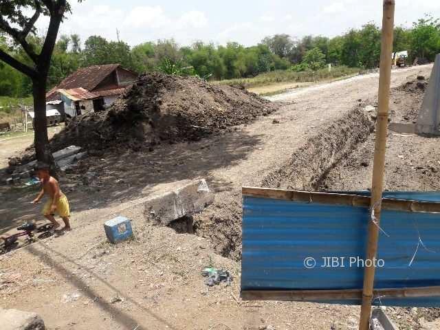 Rumah Ny. Slamet di Semanggi, Pasar Kliwon, Solo, bertahan di tengah proyek parapet Bengawan Solo. (Hijriyah/JIBI/Solopos)