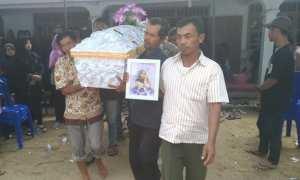 Peti jenazah Erowati Puja Kesuma, 18, dipanggul dari rumah duka di Baturetno, Wonogiri, menuju permakaman umum setempat, Kamis (26/10/2017). (Rudi Hartono/JIBI/Solopos)
