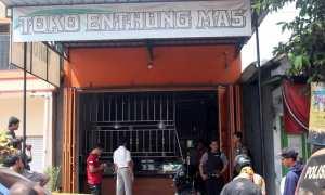 Aparat Polres Sragen melakukan olah kejadian perkara perampokan di toko emas di Dukuh Jambangan RT 028, Desa Celep, Kedawung, Sragen, Kamis (26/10/2017). (Tri Rahayu/JIBI/Solopos)