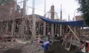 Sejumlah pekerja membangun Kantor Kecamatan Karangpandan, Karanganyar, Sabtu (28/10/2017). (Ponco Suseno/JIBI/Solopos)