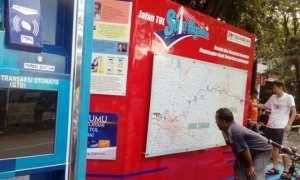 Warga melihat peta jalur tol Solo-Ngawi di booth PT SNJ di area Car Free Day, Minggu (29/10/2017). (Bayu Jatmiko Adi/JIBI/Solopos)